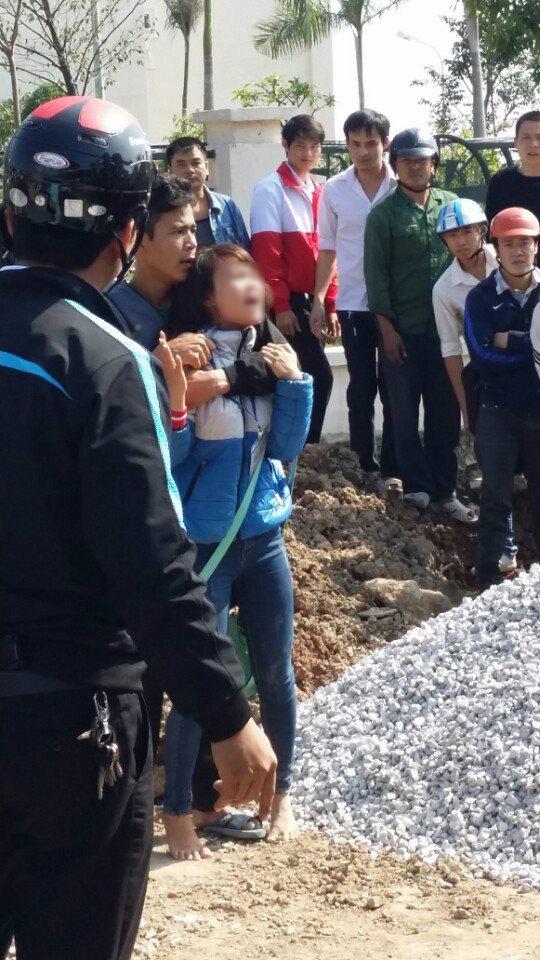 Nữ sinh bị kề dao vào cổ bắt đi trước cổng trường