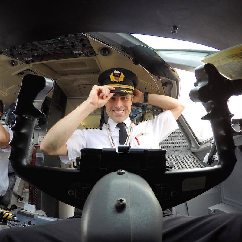 Phi công trẻ lái máy bay khiến chị em phát cuồng hơn sao
