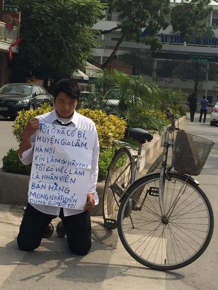 Hà Nội: Nam thanh niên quỳ gối xin việc giữa đường