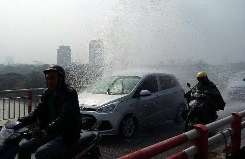 vỡ ống nước, cầu Chương Dương, gia lâm, mưa, Hà Nội