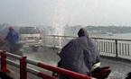 Vỡ ống nước trên cầu Chương Dương, giao thông rối loạn