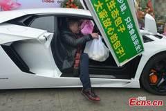 Choáng cảnh lái siêu xe đi giao bánh bao