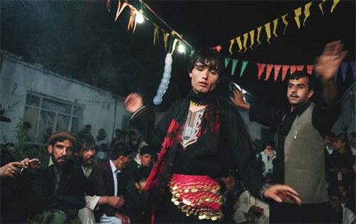Bi thảm trai nhảy làm nô lệ tình dục cho giai già