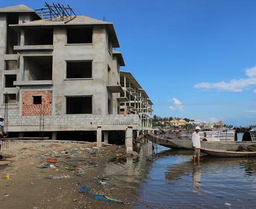 Resort bỏ hoang, dân nghèo thành con nợ