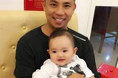Chí Anh bế con trai Khánh Thi, Mai Phương Thúy nhập viện