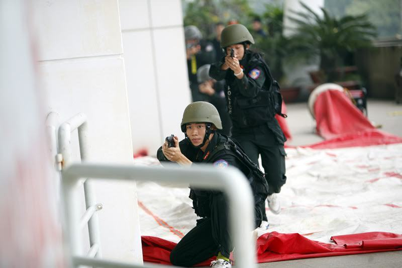 CLIP: Đặc nhiệm diễn tập bắt khủng bố, bảo vệ Đại hội Đảng