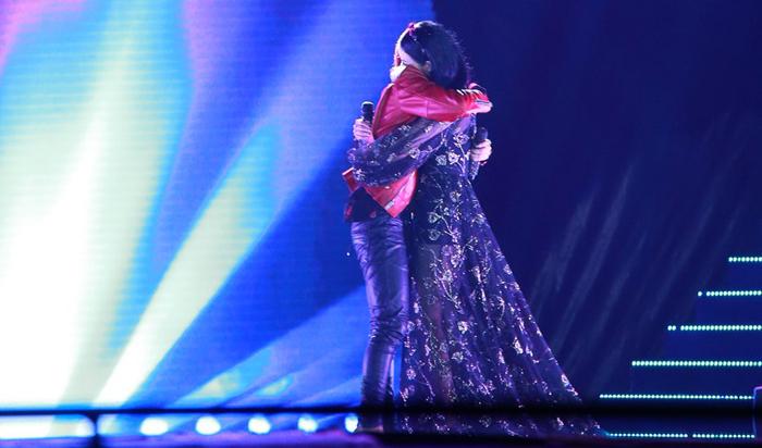 Sơn Tùng M-TP ôm Thu Phương và... khóc