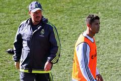 """Ronaldo thừa nhận cho HLV Benitez ngồi """"ghế 3 chân"""""""