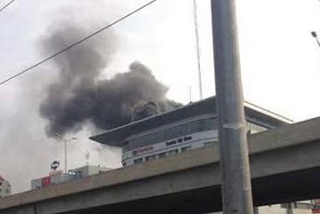 Cháy tại tòa nhà Toyota Mỹ Đình, nhiều người hoảng loạn