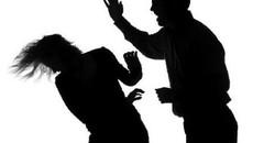 Bị chồng dí tàn thuốc cháy vào mắt, ai bảo vệ tôi và các con?