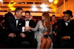 Ronaldo bị Neymar lườm vì bắt tay bồ Messi