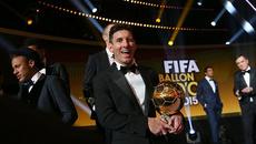 Vừa đoạt QBV, Messi cam kết trọn đời với Barca