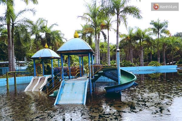 Cận cảnh những đống tàn tích đáng sợ bên trong công viên nước bị bỏ hoang ở Huế