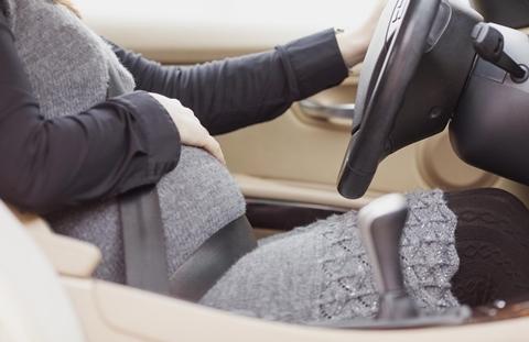 Phụ nữ mang thai có nên tự mình lái xe?