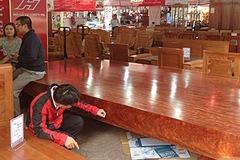 Sập gỗ Cẩm đỏ nguyên khối giá 2,5 tỷ ở Sài Gòn