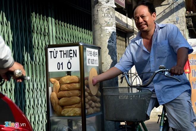 bánh mì, bánh mì miễn phí, Sài Gòn, lao động nghèo, bánh mì miễn phí trên vỉa hè