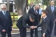 Hoàng tử nhí Ma-rốc từ chối 13 quan chức đòi hôn tay