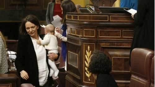 Nữ nghị sĩ 'hồn nhiên' cho con bú giữa quốc hội