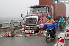 Hai người đi xe máy bị container kéo lê trên cầu Thanh Trì