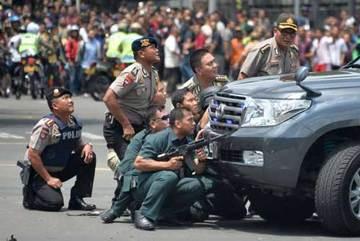 Xem cảnh đấu súng nghẹt thở giữa thủ đô Jakarta