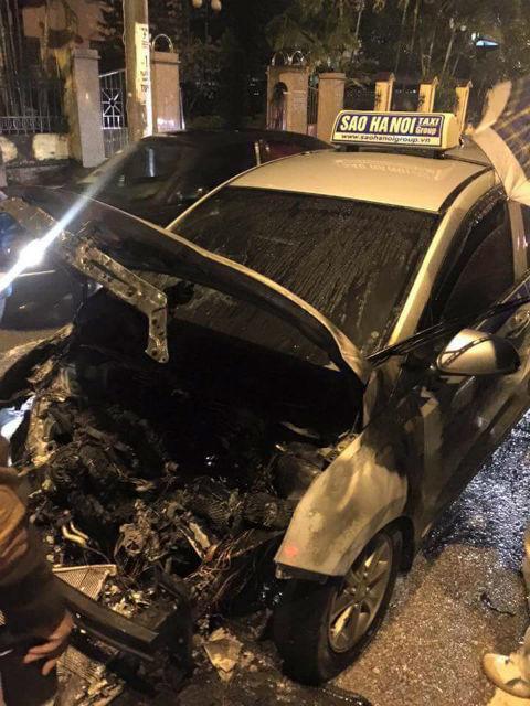 Chiếc taxi bốc cháy ngùn ngụt giữa đường