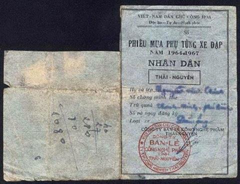 Xem mẫu  giấy đăng ký xe đạp và tem mua xăng thời bao cấp