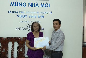 Trao quà Tết cho bà Huỳnh Thị Sinh