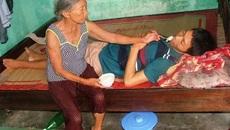 Mẹ già bán rau muống nuôi hai con bệnh tật