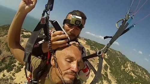 Xem vừa nhảy dù vừa cắt tóc tại Việt Nam