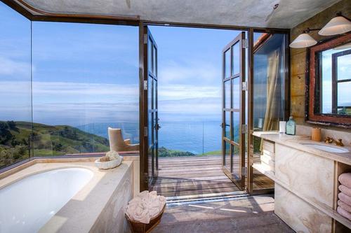 20160115162553 image002 Chia sẻ 20 phòng tắm có view nhìn ra biển đẹp mê mẩn