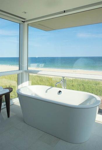 20160115162553 image005 Chia sẻ 20 phòng tắm có view nhìn ra biển đẹp mê mẩn
