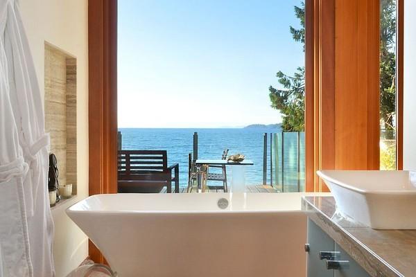 20160115162553 image008 Chia sẻ 20 phòng tắm có view nhìn ra biển đẹp mê mẩn