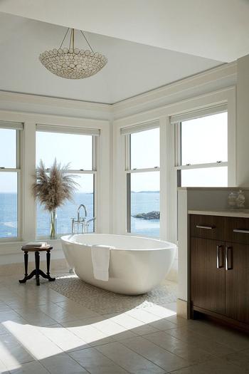 20160115162922 image021 Chia sẻ 20 phòng tắm có view nhìn ra biển đẹp mê mẩn