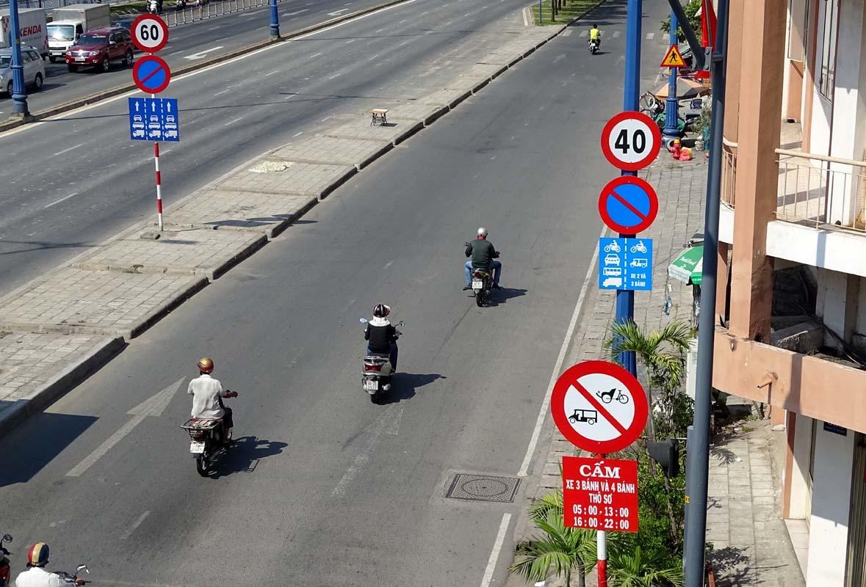 Biển báo 'bẫy' dân: Đường rộng, xe chạy như rùa