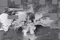 Tiền mặt của IS bắn tung như pháo hoa