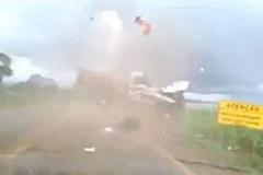 Hãi hùng cảnh xe mất lái và người văng như đạn cối