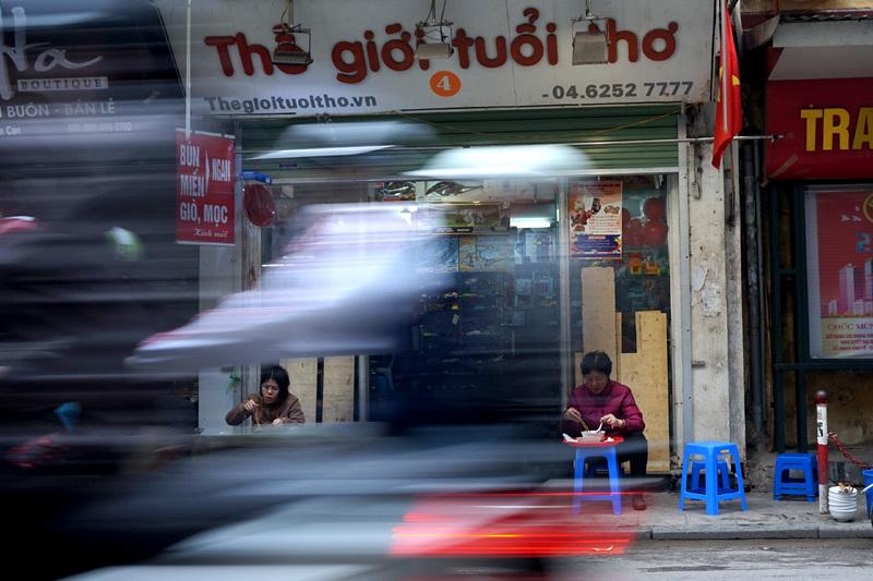 Vệ sinh an toàn thực phẩm, thức ăn đường phố, Hà Nội, Lạ kỳ dân Thủ đô ăn uống cạnh cống rãnh
