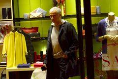 Trốn dư luận, Mourinho đi shopping ở... Thượng Hải