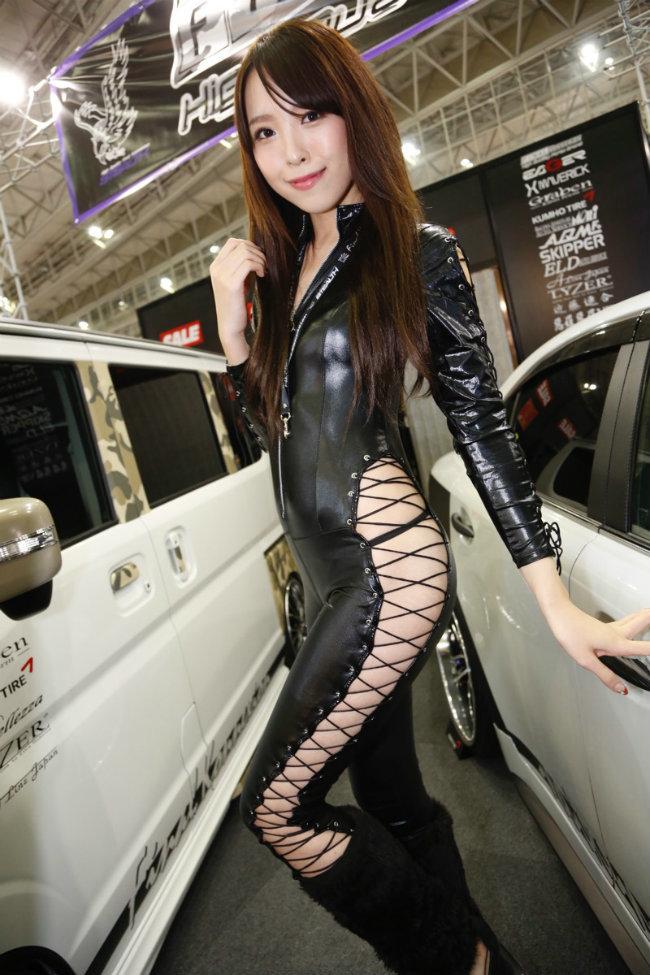 Thời trang khó đỡ của chân dài khoe ô tô