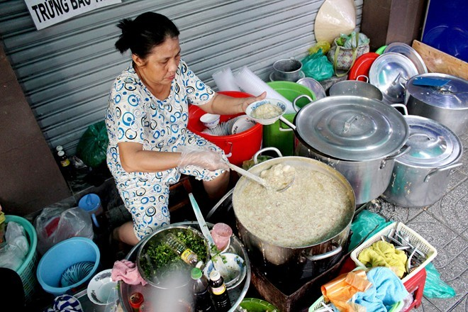 Súp cua ngon, rẻ, ăn bằng tô ở chợ Thiếc