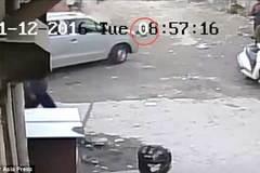 Bé gái 4 tuổi thoát chết kỳ diệu dưới gầm xe