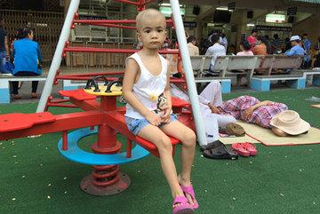Ba năm mang bệnh con kiệt sức, cha mẹ kiệt quệ