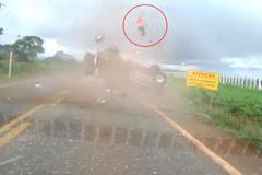 Kinh hãi cảnh người bắn khỏi xe tải như rocket