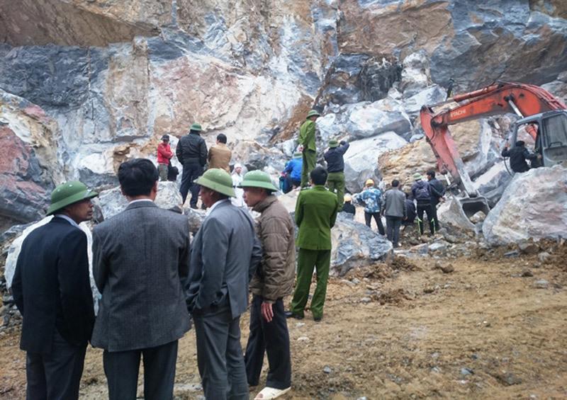 Sập mỏ đá, 4 người chết 3 người bị vùi lấp