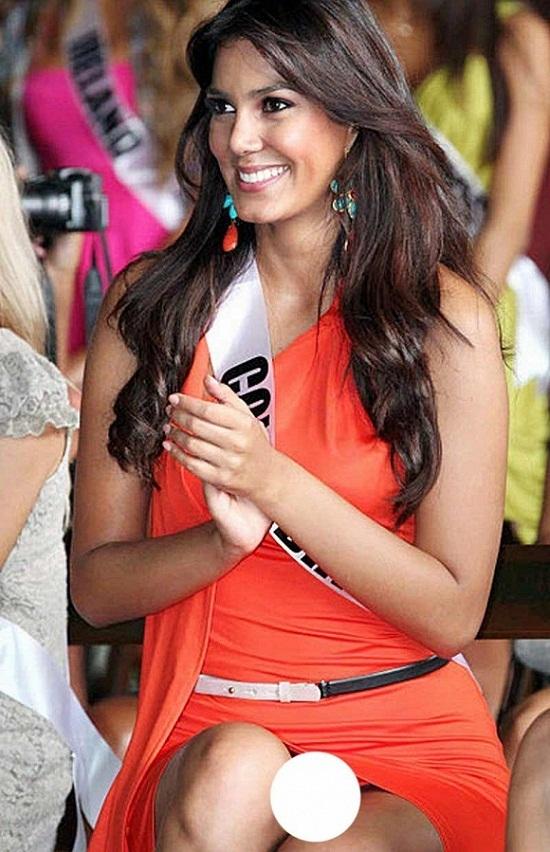 Tái mặt vì Hoa hậu đội vương miện không mặc nội y đi từ thiện