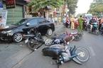 Đạp nhầm chân ga, 'xe điên' tông 6 xe máy giữa Sài Gòn