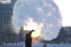 Giá rét kỷ lục ở TQ, nước sôi lập tức đóng băng