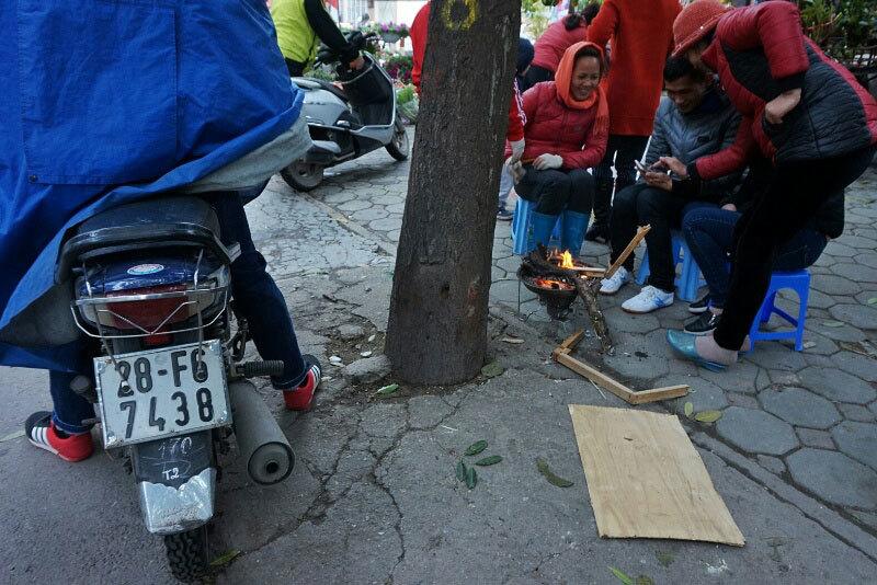 Người Hà Nội dựng lều, đốt lửa 'đuổi' siêu rét