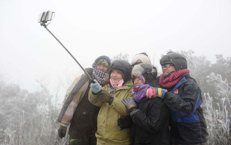 Băng tuyết lan rộng, dân phượt đổ xô lên núi