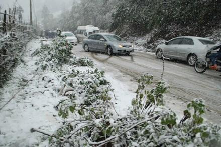 lái xe trên đường có tuyết
